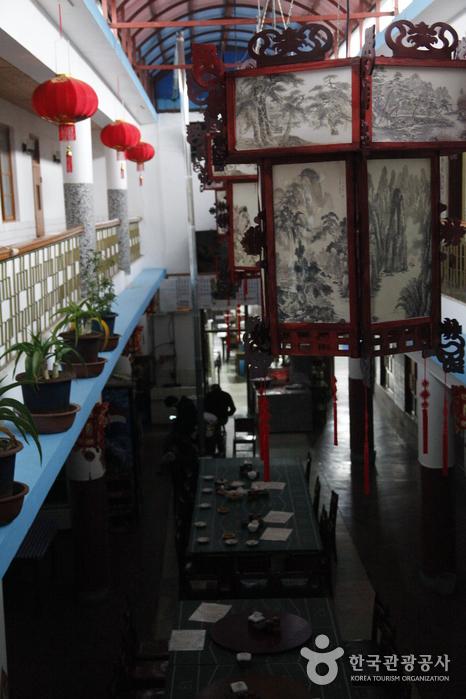 중국식 인테리어를 보여주는 빈해원의 고풍스러운 내부