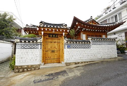 Cheong Yeon Jae Hanok Hotel (청연재)