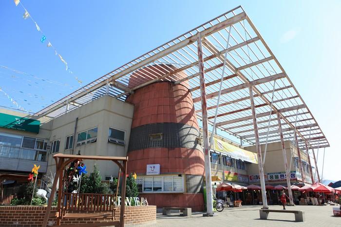강화풍물시장은 2층 규모로 강화특산물 쇼핑과 청년장사꾼의 족욕카페 등 즐길거리가 다양하다.