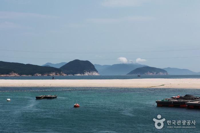 통영여객선터미널에서 소매물도 가는 길에 들르는 비진도 산호해변. 고운 모래사장과 푸른 물결이 그림처럼 펼쳐진다
