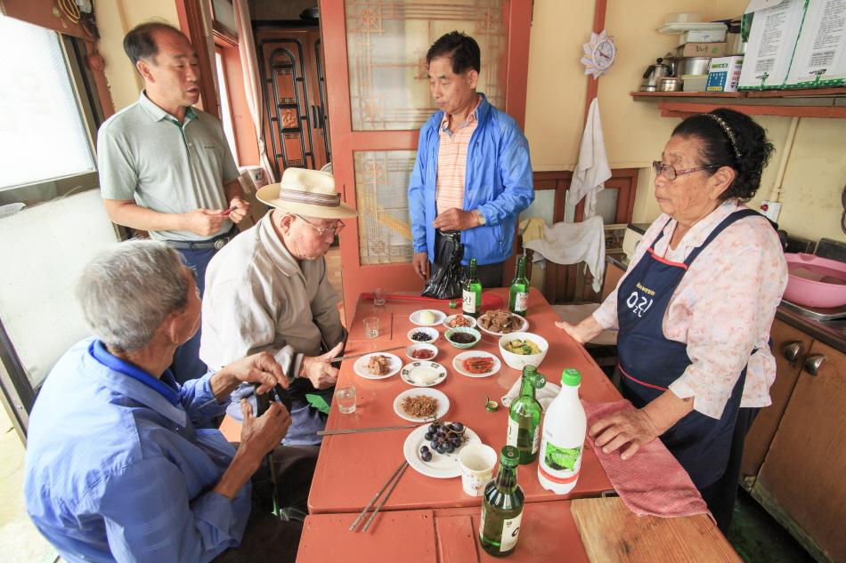 동네 어르신들의 사랑방인 옥산집