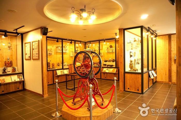 커피박물관의 초대형 황동 그라인더.