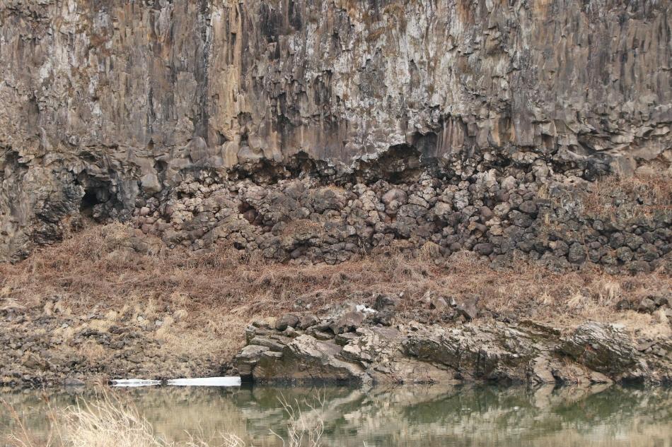 주상절리 모양이 동그란 베개처럼 생겨서 '베개용암'이라고 부른다.
