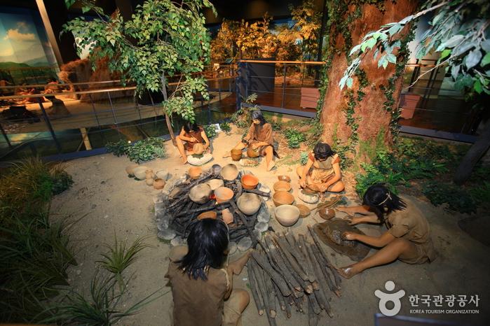 선사시대 사람들의 생활을 한 눈에 볼 수 있는 선사유적박물관. 발굴된 돌무지 유구 및 다량의 석기와 토기가 기원전 6000년경의 유적으로 확인되었고, 문화의 기원 해명 및 동아시아의 문화적 상관관계 파악에 중요한 자료로 평가된다.