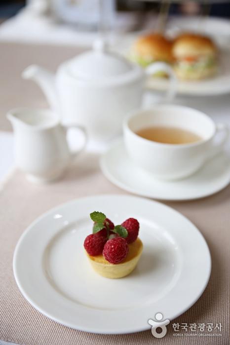 딸기가 올려져 있는 미니 디저트 케익
