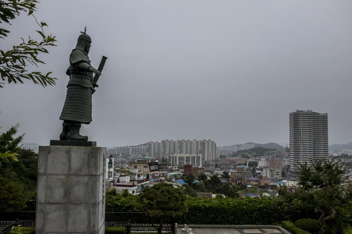 노적봉에 서 있는 이순신장군 동상