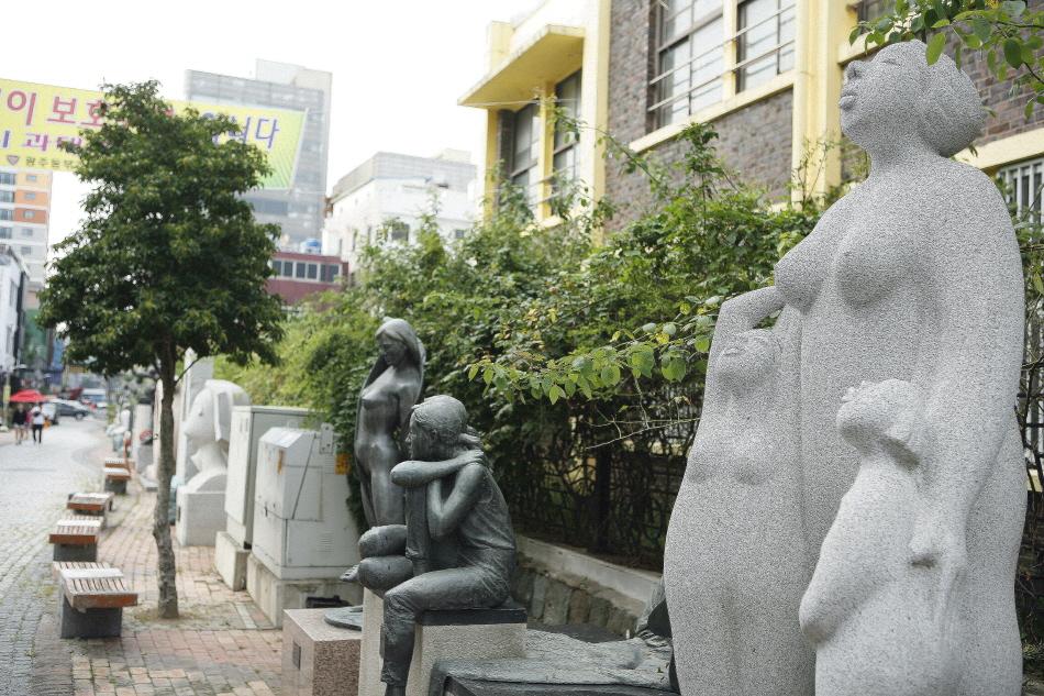 궁동 예술의 거리를 장식한 조각 작품