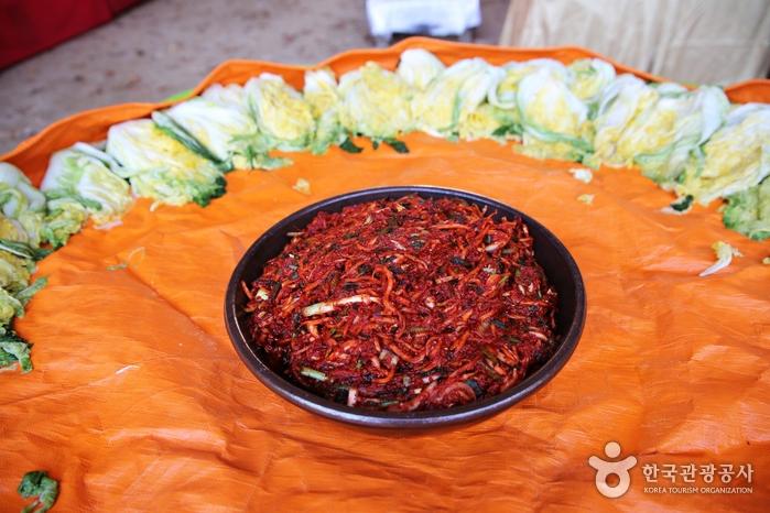 남이섬에서 키운 배추와 무로 김장 준비를 한다.