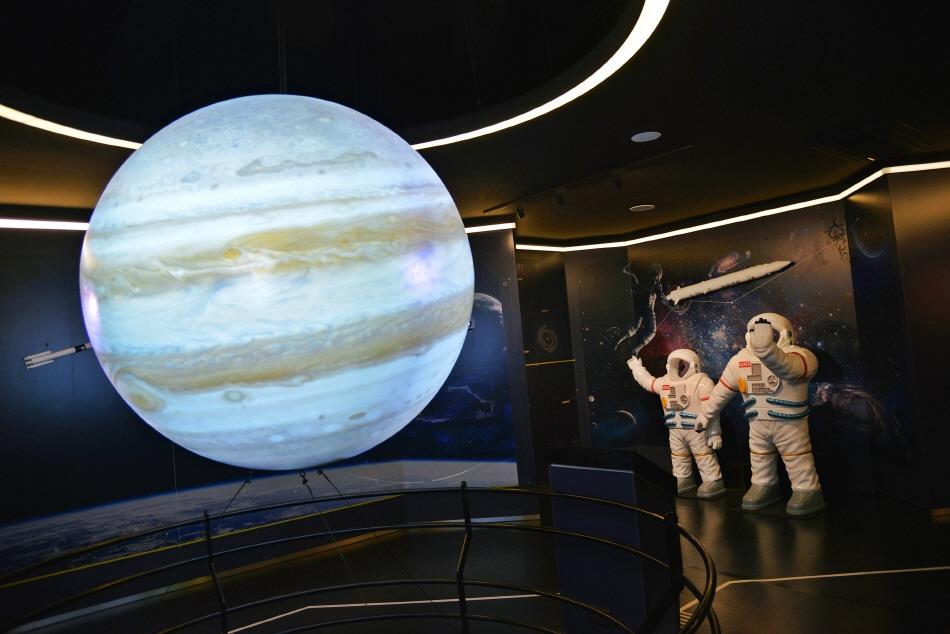 우주 지식을 넓히는 2층 스페이스 랩