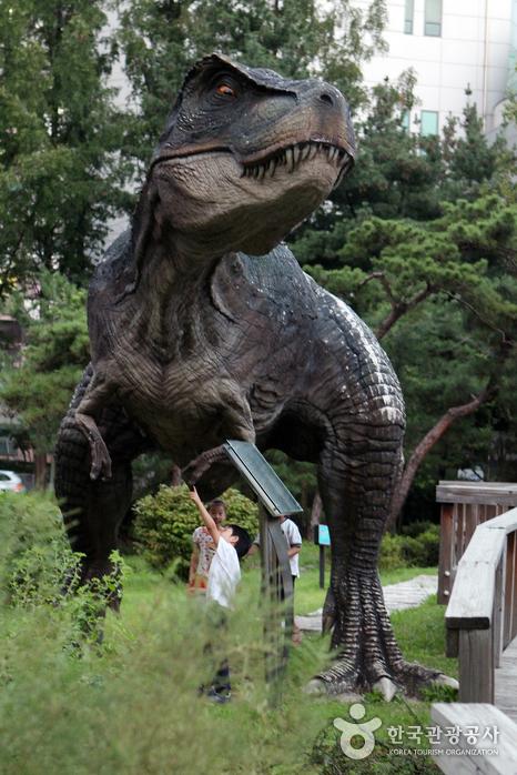 서울영어과학교육센터 야외는 공룡 조형물이 아이들의 호기심을 끈다.