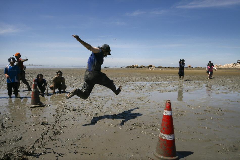영광천일염,갯벌축제에서 갯벌 멀리뛰기를 하는 여행객