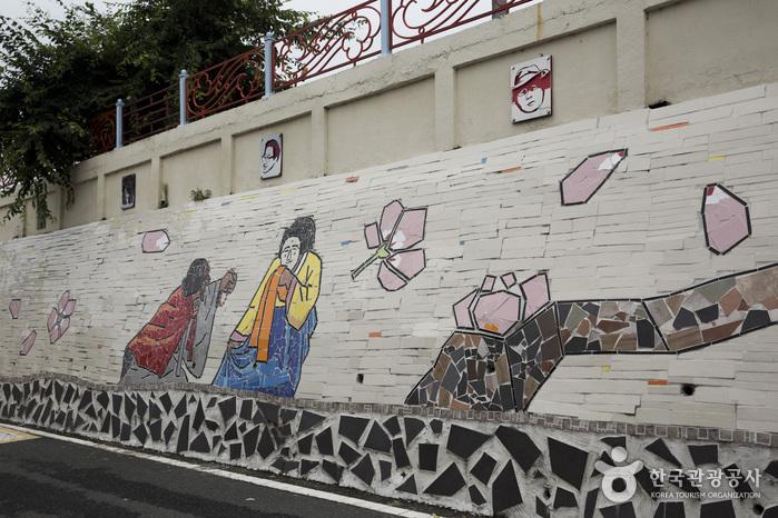 벽화골목에 시작과 끝이 따로 있는 건 아니지만 동부초등학교 벽화를 시작점으로 삼으면 길찾기가 수월하다.