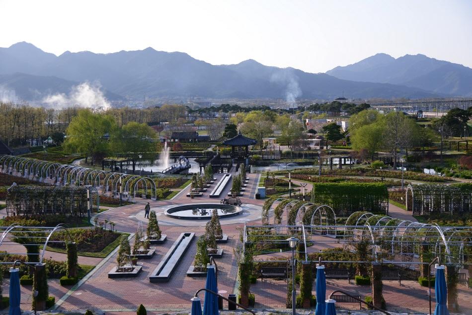 전망대에서 본 장미공원. 왼쪽 멀리 솟은 동악산이 곡성을 품고 있다.