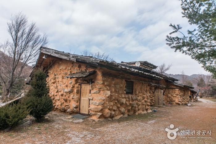 Bukseorak Hwangto Maeul (북설악황토마을)