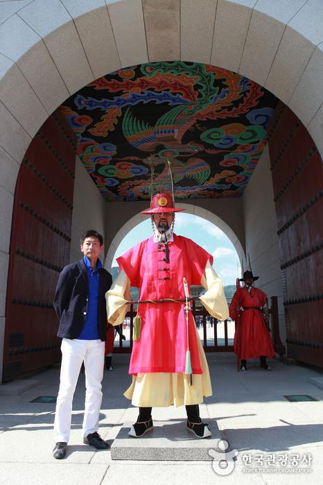 관광객들의 인기를 독차지 하는 광화문 수문장