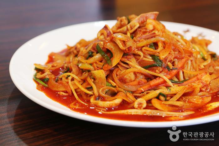 대구 10미 가운데 하나인 야끼우동. 매콤한 양념과 갖은 채소에서 나온 달큰한 맛이 어우러져 입맛을 돋운다