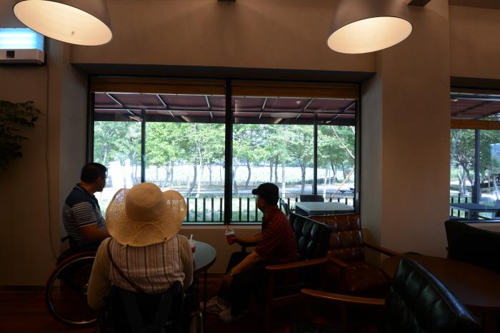 카페 안에서 보이는 강주연못 전망