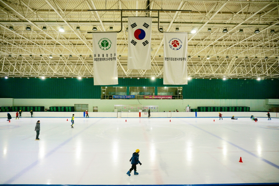 광주실내빙상장은 1830㎡ 규모로, 최대 500명 이상이 동시에 스케이트를 탈 수 있다.