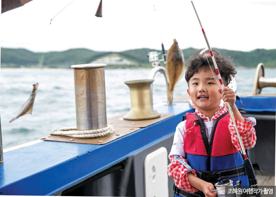 물고기를 낚은 아이