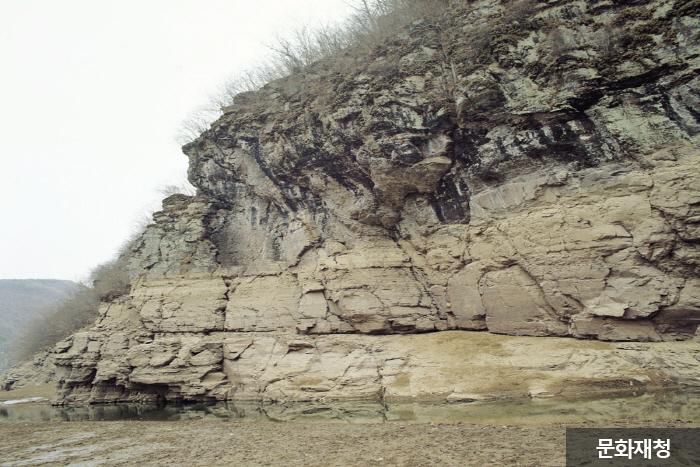Petroglyphs of Bangudae Terrace (울주 대곡리 반구대 암각화)