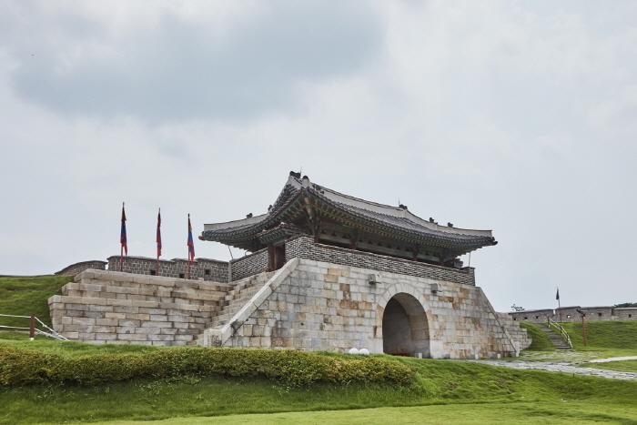 Ворота Чханнёнмун в крепости Хвасон в Сувоне