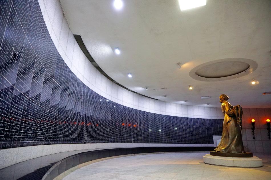 5·18기념공원 안 추모 공간에 있는 5·18 민주화 운동 희생자 명단