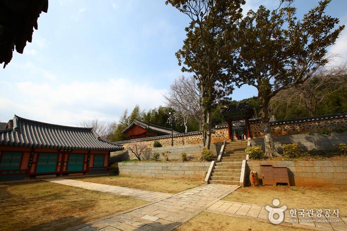 Chungnyeolsa Shrine (충렬사)