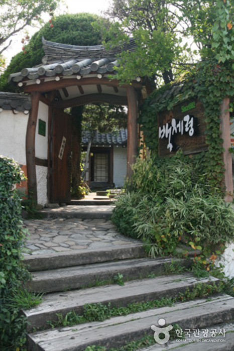 Baekjeryeong Samgyetang (백제령삼계탕)