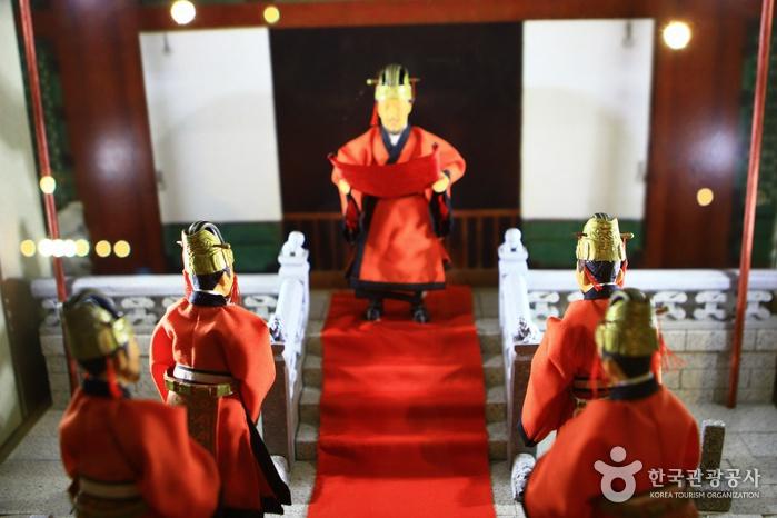 세종대왕이 훈민정음을 반포하는 모습을 담은 디오라마
