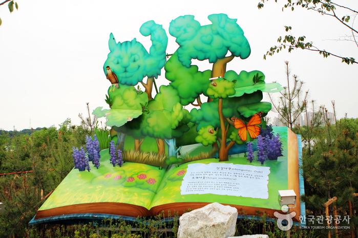 마찬가지로 책 모양의 조형물에서 종이가 펴지듯 신갈나무, 조개나물에 대한 정보들이 있다.