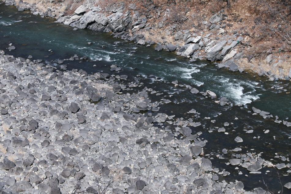 멍우리 협곡을 걸으면서 바라본 한탄강. 검은 현무암 바위가 널렸다.