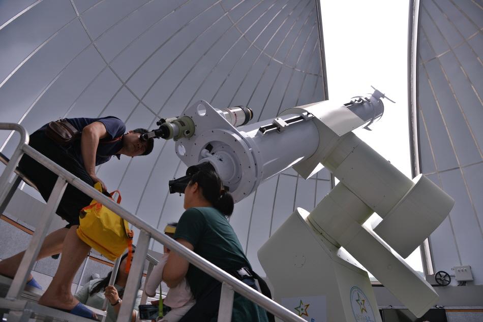 국내에서 가장 큰 356mm 굴절망원경으로 태양을 관측하는 모습