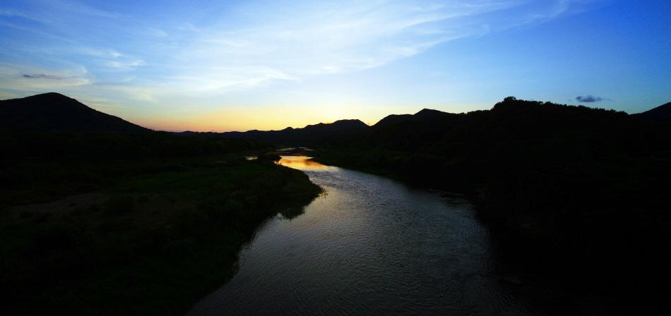 [8월 걷기여행길9선] 금강 위에 피어나는 노을, 노을 위에 뜬 달, 충북 영동군 양산팔경금강둘레길 사진
