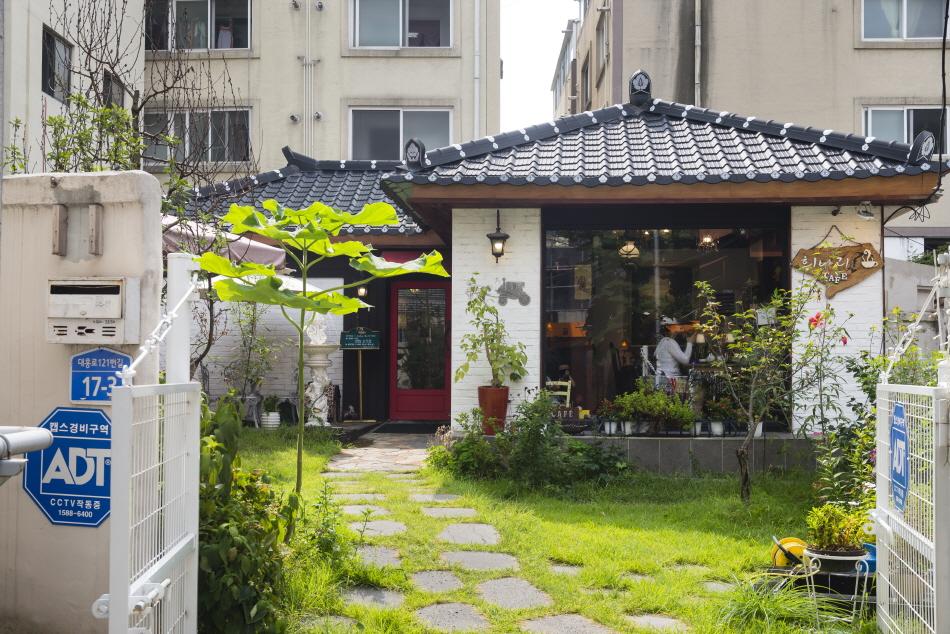 카페 '희나리'는 1960년대 지은 주택을 리노베이션해 빈티지한 분위기가 물씬 풍긴다.
