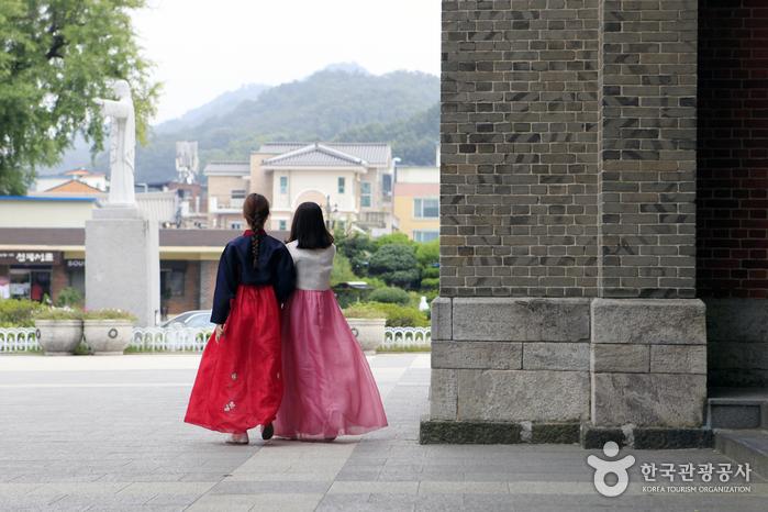 한복은 지금 전주한옥마을에서 가장 각광받는 전통 체험이다