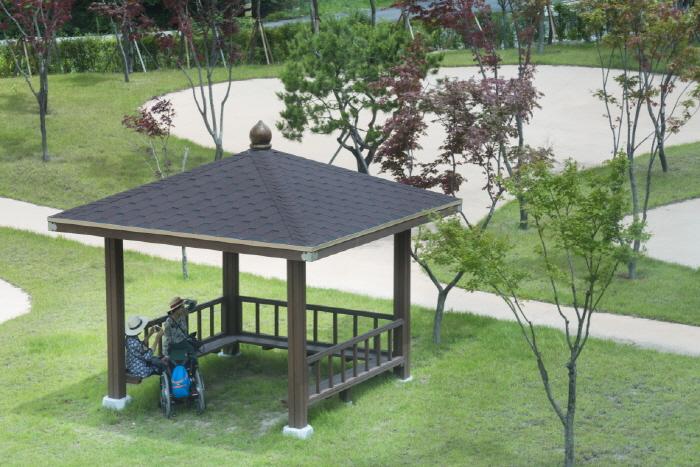 휠체어 접근이 쉬운 야외 파고라 (야외정자)