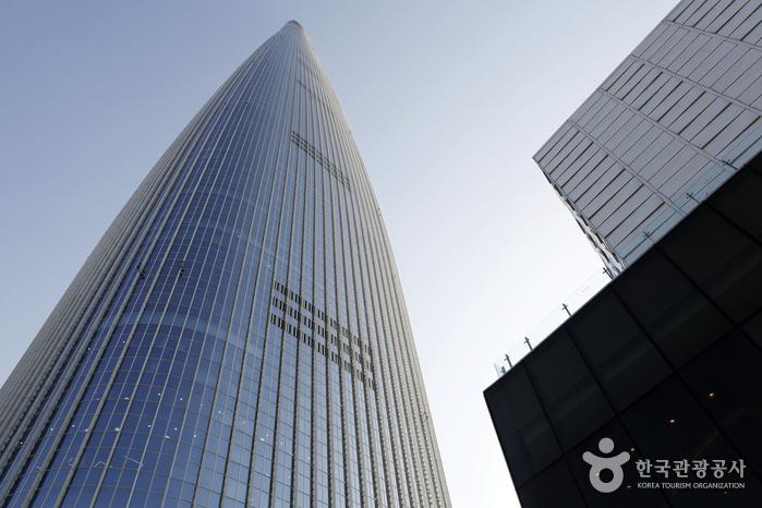 6층 '샤롯데 브릿지'에서 바라본 롯데월드타워