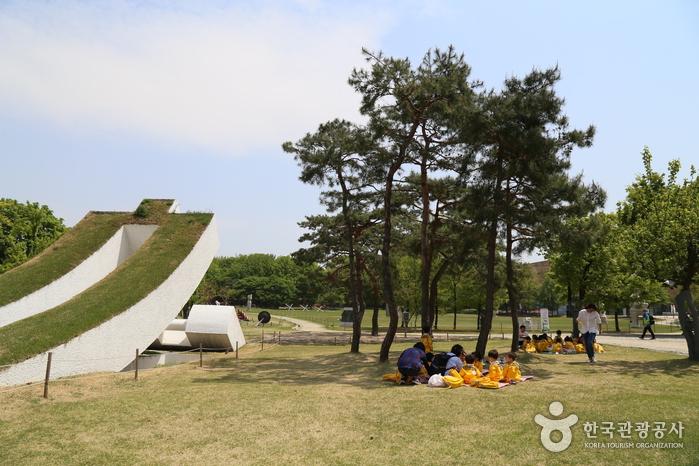 소마미술관. 미술관 앞 잔디밭에 모여 단체소풍 나온 아이들