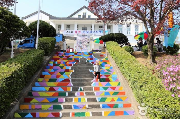 알록한 색상과 사람모양,말풍선이 계단 전체에 그려져있다.