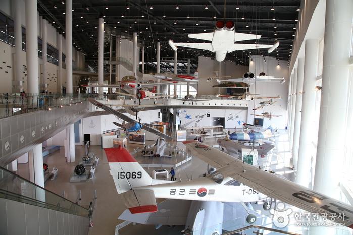 에어홀에 전시된 비행기들