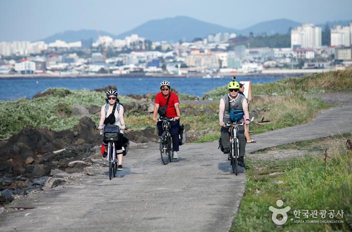자전거 여행은 제주도를 여행하는 새로운 도전이다.