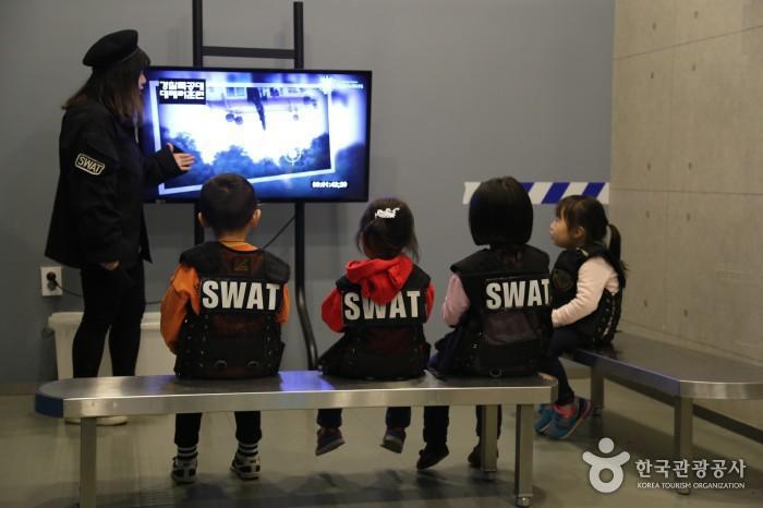 특공대체험 - tv로 관련영상을 보는 아이들