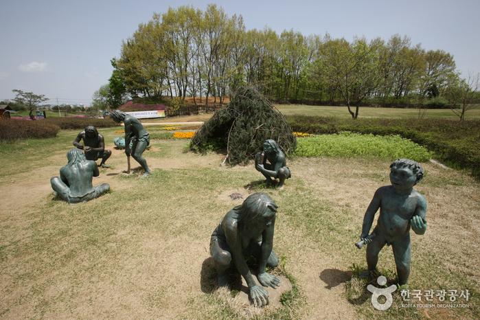 Jeongok-ri Prehistoric Site (연천 전곡리 유적)