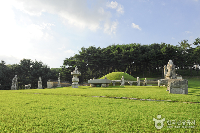 Yungneung and Geolleung Royal Tombs [UNESCO World Heritage] (화성 융릉과 건릉 [유네스코 세계문화유산])