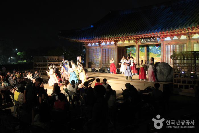 전주전통문화관 혼례마당에서 열리는 마당창극 천하맹인이 눈을 뜨다 공연 장면