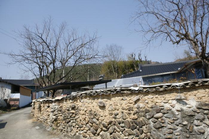 방우리 마을 흙담집