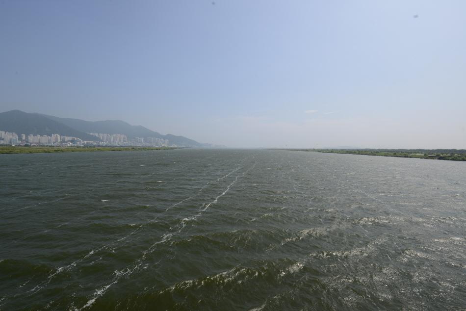 낙동대교 한가운데서 본 바다 같은 낙동강. 저 끝이 남해에 닿아 있다.