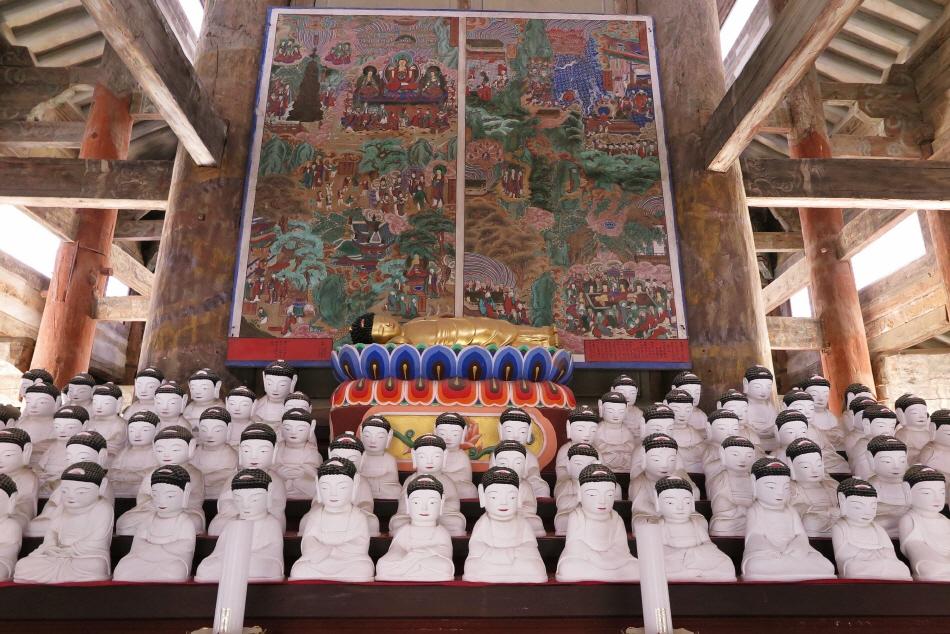 팔상전 안의 팔상도는 부처님의 일생을 여덟 장면으로 그렸다.