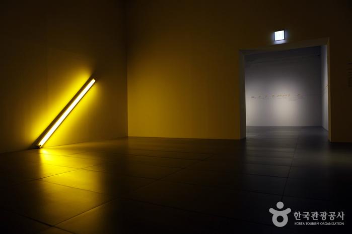 롯데뮤지엄 댄 플래빈, 위대한 빛 전시 모습