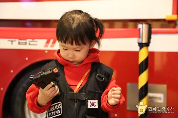 특공대체험 - 안전복을 입고 가짜 총을 손에 들고 있는 여자아이